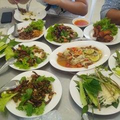 Photo taken at ลาบเป็ด ชัยนาท (Larb Ped Chai Nat) by NgomNgim j. on 6/12/2013
