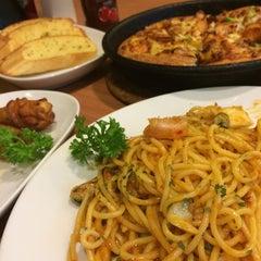 Photo taken at Pizza Hut (พิซซ่า ฮัท) by Ople L. on 6/29/2014