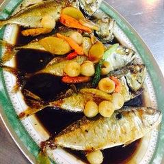 Photo taken at ร้านอาหาร เพื่อน (แม่กลอง) by Ying K. on 2/10/2014