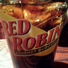 Photo taken at Red Robin Gourmet Burgers by Helen S. on 1/28/2013