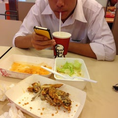 Photo taken at KFC (เคเอฟซี) by bt B. on 9/17/2015