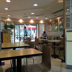 Photo taken at McDonald's - ماكدونالدز by Jareer A. on 4/27/2015