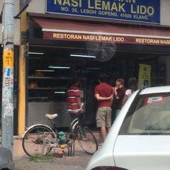 Photo taken at Restoran Nasi Lemak Lido by Adrian L. on 6/28/2014