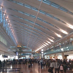 Photo taken at 羽田空港 第2旅客ターミナル (HND/RJTT Terminal 2) by Hiroshi0206 on 5/2/2013