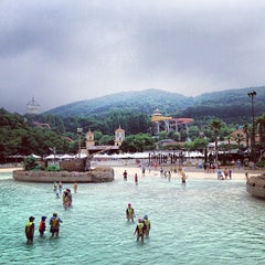 Photo taken at 캐리비안베이 (Caribbean Bay) by Cher_Lena on 7/13/2013