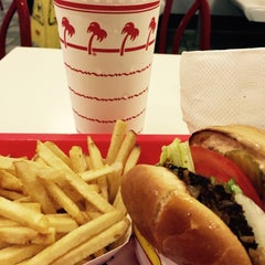 Photo taken at In-N-Out Burger by Elke S. on 8/31/2015