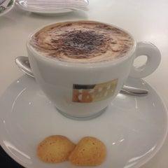 Foto tirada no(a) Armani Caffé por Irene M. em 3/27/2014
