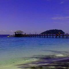 Photo taken at Manukan Island by Nurul Q. on 6/9/2013