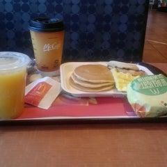 Photo taken at McDonald's by Jonathan Hernan C. on 5/6/2013