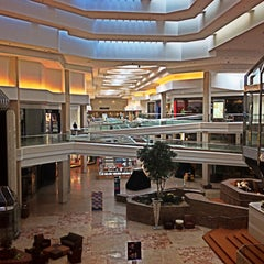 Photo taken at Woodfield Mall by jose alfredo v. on 5/8/2013