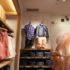 Photo taken at American Eagle Outfitters by Mau A. on 4/21/2013