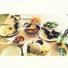 Photo taken at Siriwan Thai Seafood Restaurant by Norhazatul Anis N. on 5/5/2015