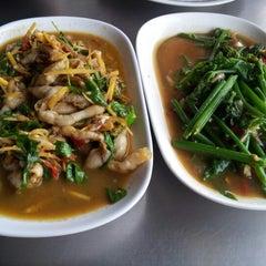 Photo taken at หัวปลาช่องนนทรี (Hua Pla Chongnonsea) by ครีม ร. on 9/30/2012
