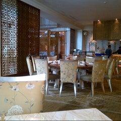 Photo taken at TABLE8 - Hotel Mulia Senayan, Jakarta by Edy P. on 10/6/2012