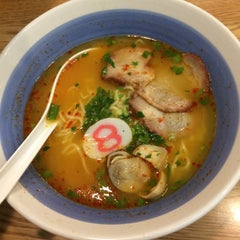 Photo taken at Hachiban Ramen (ฮะจิบัง ราเมน) by aomsin。 on 10/18/2015