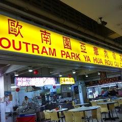 Photo taken at Outram Park Ya Hua Rou Gu Cha | 欧南园亚华肉骨茶 by Jeffrey Yeo on 10/6/2012