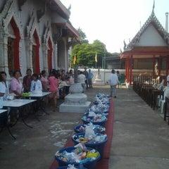Photo taken at วัดนวลนรดิศ (Wat Nuannoradit) by Mahitti S. on 1/1/2014