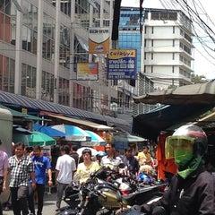 Photo taken at คลองถม เซ็นเตอร์ (Klongthom Center) by Bhasisara N. on 9/30/2013