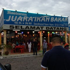 Photo taken at Restoran Juara Ikan Bakar 24 Jam by Nurul Fazilla K. on 9/15/2013
