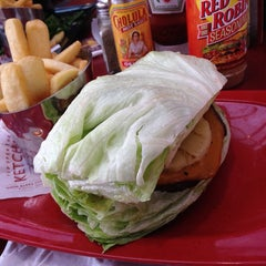 Photo taken at Red Robin Gourmet Burgers by Watty W. on 3/9/2014