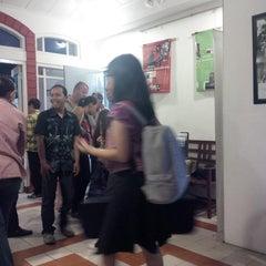 Photo taken at Lembaga Indonesia Perancis (LIP/CCF Yogyakarta) by Mas H. on 10/4/2013