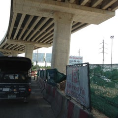 Photo taken at แยกรามคำแหง-สุวินทวงศ์ (Ramkhamhaeng-Suwinthawong Junction) by Wate S. on 11/7/2012