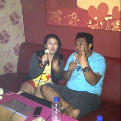 Photo taken at SukaSuka Karaoke Keluarga Dangdut by Suryanto J. on 2/18/2013
