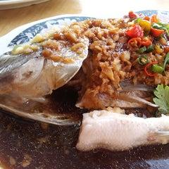 Photo taken at Restaurant Lan Je (兰姐清蒸非洲鱼) - Kepong by Yin P. on 6/19/2013