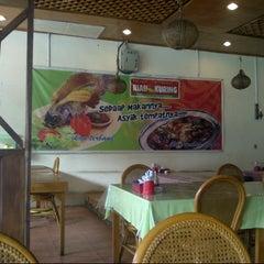 Photo taken at RM Riau Kuring by Wahyudi A. on 9/20/2012
