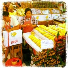 Photo taken at ตลาด อ.ต.ก. (Or Tor Kor Market) by Chibie Z. on 10/4/2012