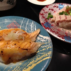 Photo taken at 廻る元祖寿司 下北沢駅前店 by Kosuke O. on 10/27/2012