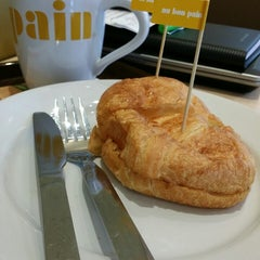 Photo taken at Au Bon Pain (โอ บอง แปง) by Noom F. on 8/8/2014