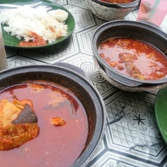 Photo taken at Asam Pedas Claypot by Jesslyn L. on 10/21/2012