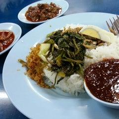 Photo taken at Restoran Nasi Lemak Lido by Jesslyn L. on 10/18/2014