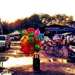 Photo taken at ตลาดนัดหน้าหมู่บ้านเคซีการ์เด้นท์โฮม by Nattawut R. on 10/31/2012