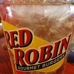 Photo taken at Red Robin Gourmet Burgers by Karel T. on 4/2/2013