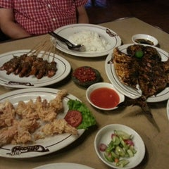 Photo taken at Sate Tomang by YennY B. on 10/27/2013