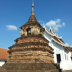 Photo taken at วัดเจ็ดลิน (Wat Chet Lin) by tajoyz i. on 12/24/2012