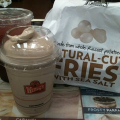Photo taken at Wendy's by Myrell Liana M. on 7/24/2011