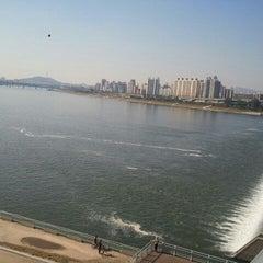 Photo taken at 잠실대교 (Jamsil Bridge) by 성진이 on 10/3/2011