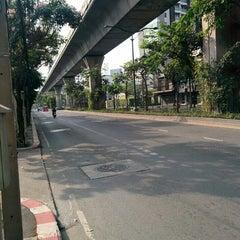 Photo taken at ถนนสุขุมวิท (Sukhumvit Road) by Yodsawat A. on 4/13/2015