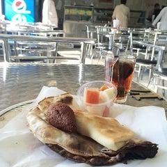 Photo taken at كفتيريا الشويخ by KuwaitFoodie.com on 10/22/2014
