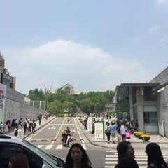 Photo taken at 이화여자대학교 신세계관 (Ewha Womans University Shinsegae Building) by Eliseo W. on 5/9/2015