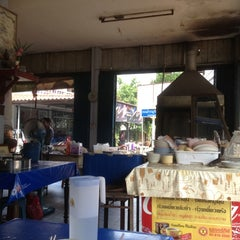 Photo taken at ก๋วยเตี๋ยวไก่ป้านาค by Jacky on 12/6/2012