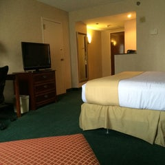 Photo taken at Holiday Inn Arlington At Ballston by Noreen V. on 5/15/2015