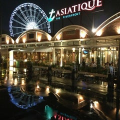 Photo taken at Asiatique The Riverfront (เอเชียทีค เดอะ ริเวอร์ฟร้อนท์) by Kenneth T. on 6/13/2013