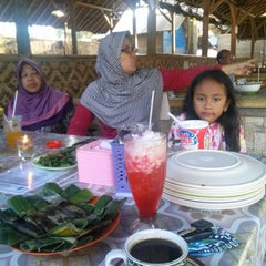 Photo taken at Pondok Ikan Bakar BM by Oos D. on 7/31/2014