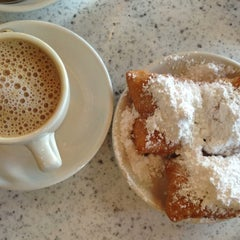 Photo taken at Café du Monde by Laurie A. on 3/16/2013
