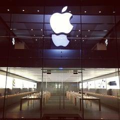 Photo taken at Apple Store, Große Bockenheimer Straße by Lorenzo M. on 11/19/2012