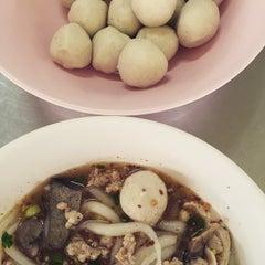 Photo taken at ก๋วยเตี๋ยว วิชัย (Wichai Noodle) by iKiK P. on 3/16/2015
